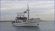 Schipper Piet vaart de binnenhaven in